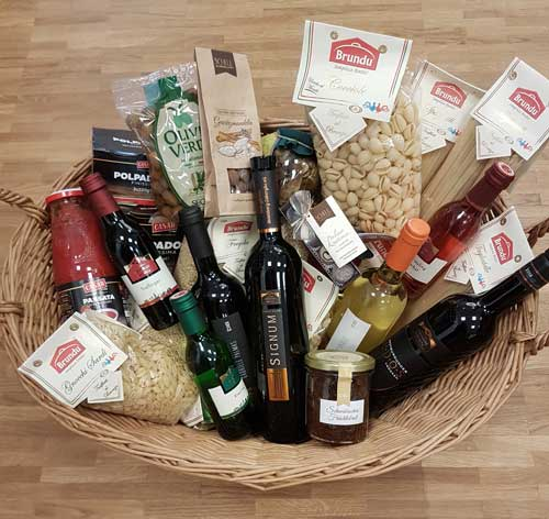Geschenkkorb mit Wein, Pralinen und sardischer Pasta